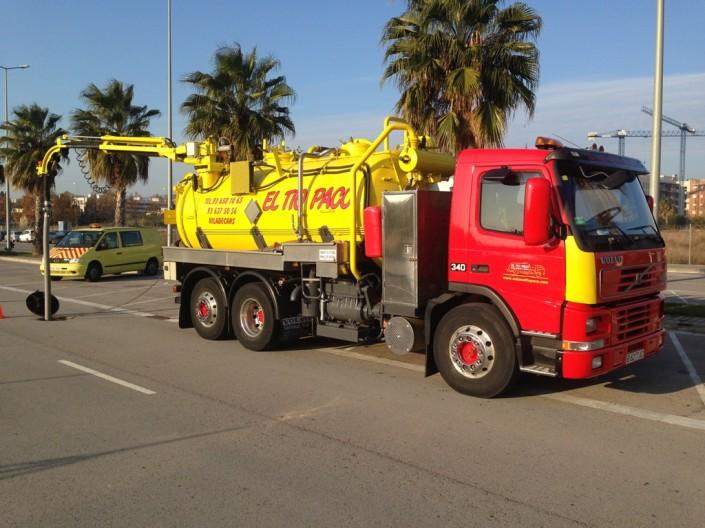 trabajos exterior camion rojo